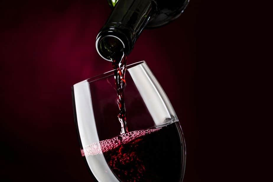 Ein Glas wird mit Rotwein gefüllt