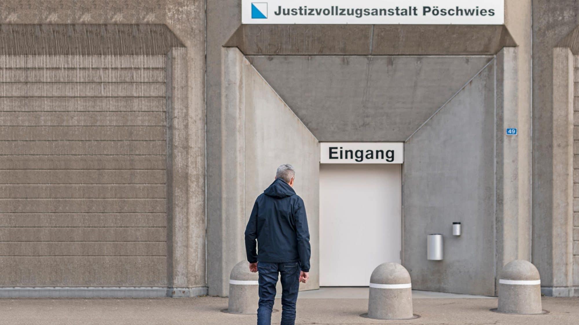 Reportage: Fabian vor der Justizvollzugsanstalt Pöschwies