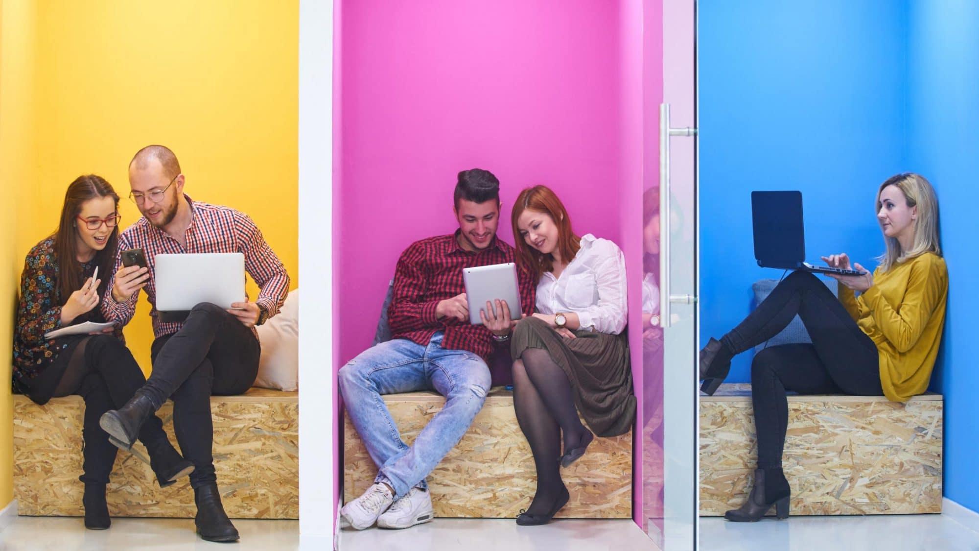 Digitaler Content: Menschen mit Laptops und Smartphones